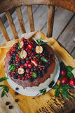 Gâteau avec des baies sur le fond en bois Photographie stock libre de droits
