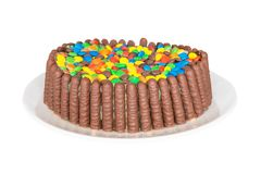 Gâteau avec des biscuits de chocolat et des sucreries colorées photos stock
