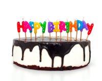 Gâteau avec des bougies de joyeux anniversaire image libre de droits