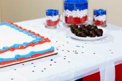 Gâteau avec des chocolats sur la table à la partie Images stock