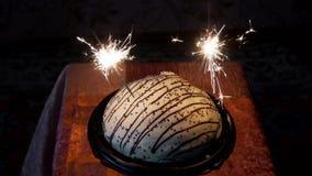 Gâteau avec des feux d'artifice clips vidéos