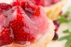 Gâteau avec des fraises Photographie stock libre de droits