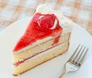 Gâteau avec des fraises de crème et de gelée images stock
