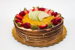 Gâteau avec des fruits sur le dessus de Th Photos stock