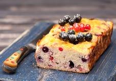 Gâteau avec des groseilles Le gluten libèrent image stock