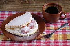 Gâteau avec du raisin et le café Images stock