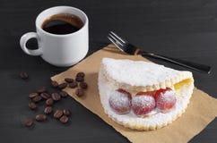Gâteau avec du raisin et le café Images libres de droits