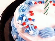 Gâteau avec la bougie verte Photo stock