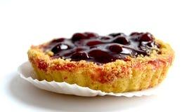 Gâteau avec la cerise sur le fond blanc Image libre de droits