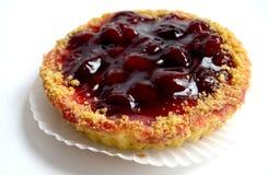 Gâteau avec la cerise sur le fond blanc Photographie stock libre de droits