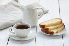 Gâteau avec la cuvette de café Photos stock