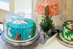 Gâteau avec la décoration de Santa Claus Christmas sur la table image libre de droits