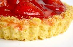 Gâteau avec la fraise sur le fond blanc Image stock