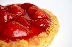 Gâteau avec la fraise sur le fond blanc Image libre de droits
