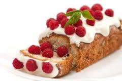 Gâteau avec la framboise pendant des vacances images libres de droits