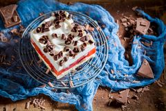 Gâteau avec la gelée, les frites de chocolat et les fruits photos stock