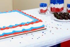 Gâteau avec la nourriture douce servie sur la table Photographie stock libre de droits