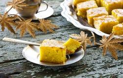 Gâteau avec la semoule et la confiture photographie stock libre de droits