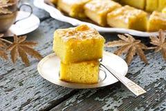 Gâteau avec la semoule et la confiture photo stock