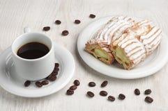 Gâteau avec la tasse crémeuse et de café photos libres de droits