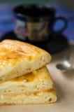 Gâteau avec le fromage fondu Photos stock