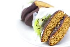 Gâteau avec le fruit de crème et de kiwi Images libres de droits