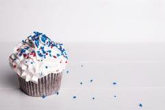 Gâteau avec le givrage blanc Image libre de droits