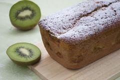 Gâteau avec le kiwi Image libre de droits