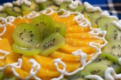 Gâteau avec le kiwi et les tranches oranges Photographie stock libre de droits