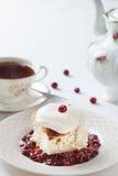 Gâteau avec le thé image libre de droits