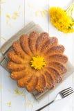 Gâteau avec les fleurs du pissenlit Photo libre de droits