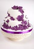 Gâteau avec les fleurs pourprées Photographie stock libre de droits