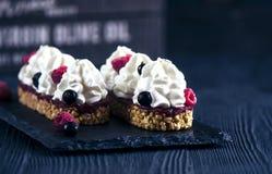 Gâteau avec les framboises fraîches Photographie stock