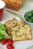 Gâteau avec les olives et le lard photos stock