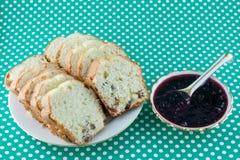 Gâteau avec les raisins secs et le bourrage Image stock