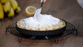 Gâteau Banoffi avec le caramel et la banane Tarte de banoffee avec la crème fouettée clips vidéos