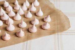 Gâteau beige de meringue sur le parchemin Image stock