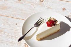 Gâteau blanc avec des baies image libre de droits