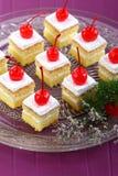 Gâteau blanc avec des cerises Image stock