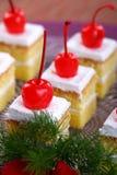 Gâteau blanc avec des cerises photo libre de droits