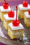 Gâteau blanc avec des cerises Photo stock