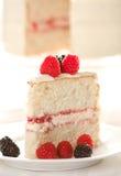 Gâteau blanc avec des framboises et des mûres Photo libre de droits