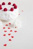 Gâteau blanc avec des framboises sur le fond blanc Image libre de droits