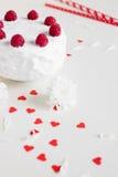 Gâteau blanc avec des framboises sur le fond blanc Images libres de droits