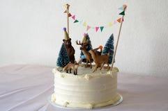 Gâteau blanc avec la décoration d'animaux de forêt Photo libre de droits