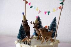 Gâteau blanc avec la décoration d'animaux de forêt Images libres de droits