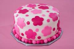 Gâteau blanc de fondant avec les fleurs roses Images libres de droits