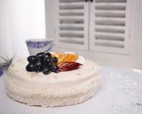 Gâteau blanc de fruit décoré des fruits Photographie stock libre de droits