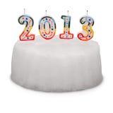 Gâteau blanc de neige avec des bougies. 2013. (Chemin de coupure) Image libre de droits