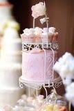 Gâteau blanc de petit gâteau de mariage décoré des fleurs Photo libre de droits